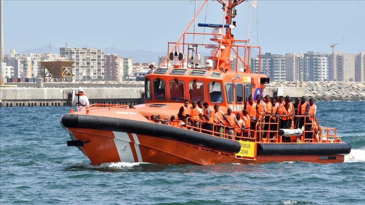 Una patrulla de Salvamento Marítimo navega por aguas de Almería tras rescatar a 68 inmigrantes en el mar de Alborán.