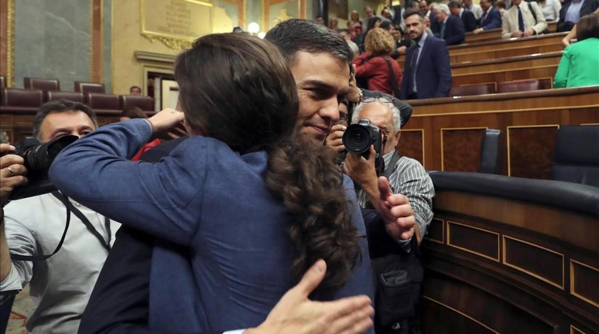 El secretario general del PSOE, Pedro Sánchez,saluda al líder de Podemos, Pablo Iglesias,en el hemiciclo.