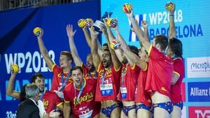 La selección española de waterpolo recibe la plata en las piscinas Bernat Picornell tras perder la final contra Serbia.