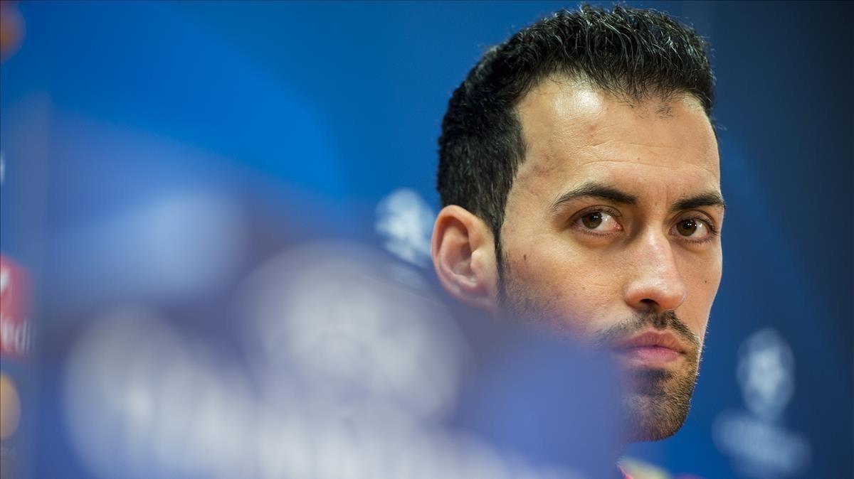 Sergio Busquets atiende a las preguntas previas al Barça-Chelsea en la sala de prensa de Sant Joan Despí.