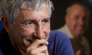 Setién, tras la entrevista con EL PERIÓDICO, posa con una foto de Cruyff al fondo.
