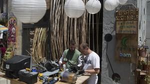 Taller de reparación de la Fundació Feniss en el Raval.