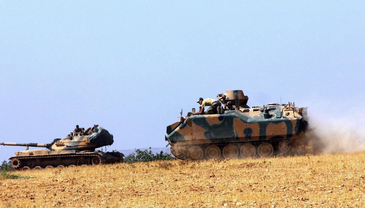 Un tanque y un vehículo blindado estacionados cerca de Karkamis, en Turquía, este martes.