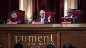 El ministro de Hacienda, Cristóbal Montoro, junto al presidente de Foment del Treball, Joaquim Gay de Montellá (a la derecha de la imagen), en un acto en mayo del 2016.