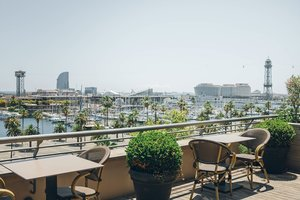 Terraza del Hotel Duquesa de Cardona, con vistas panorámicas sobre el Port Vell de Barcelona.