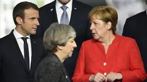 Theresa May (en el centro), con Angela Merkel y Emmanuel Macron en la cumbre de la OTAN, el 25 de mayo.