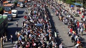 Trabajadores indios en Nueva Delhi se agolpan para salir hacia las zonas rurales.