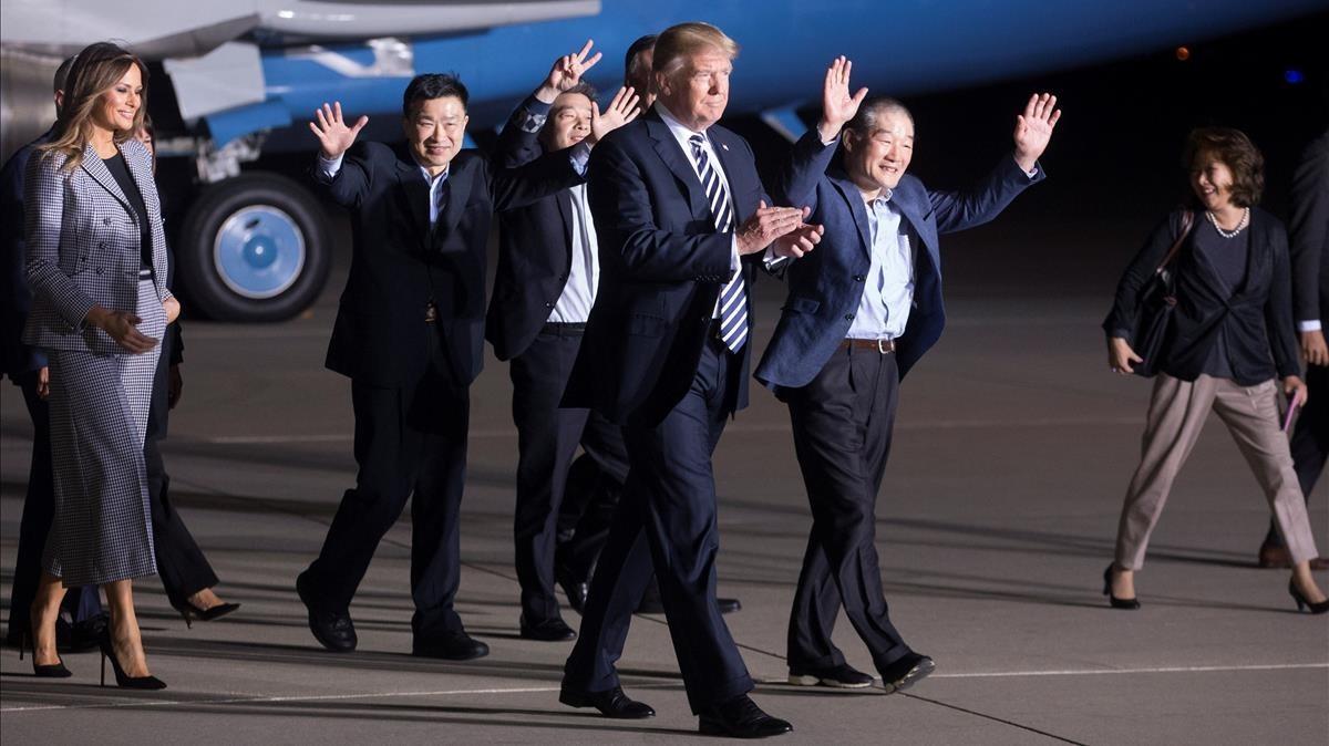 Trump, junto a los tres liberados por Corea del Norte.