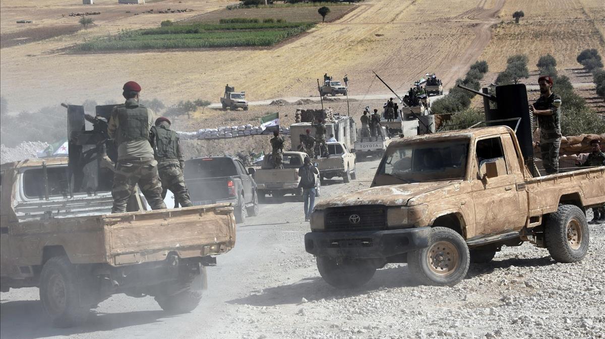Fuerzas fieles a Turquía se dirigen a la localidadsiria deTal Abyad desde la población fonteriza turca de Akcakale.