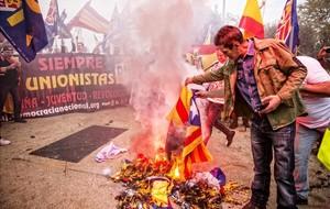 Una imagen de la concentración ultra del Doce de Octubre del 2016, en Barcelona, en la que se quemaron banderas independentistas.