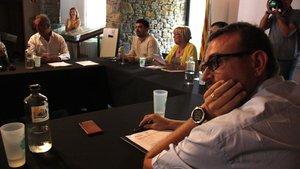 Una imagen delpleno del Consell Comarcal del Pallars Sobirà de este lunes, con el presidente saliente, Gerard Sabarich, y, al fondo,Carles Isús, ahora al frente del ente.