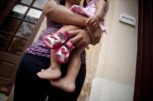 Una madre y su hija, usuarias de Cáritas de Badalona.