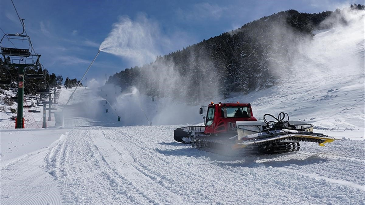 Una máquina acondiciona la pista de nieve en Masella.