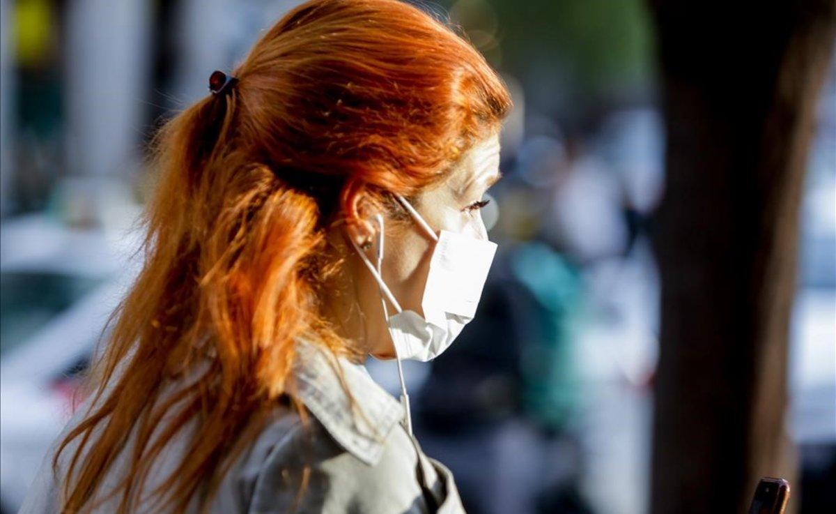 Imagen de archivo de una mujer con mascarilla por el riesgo de coronavirus.