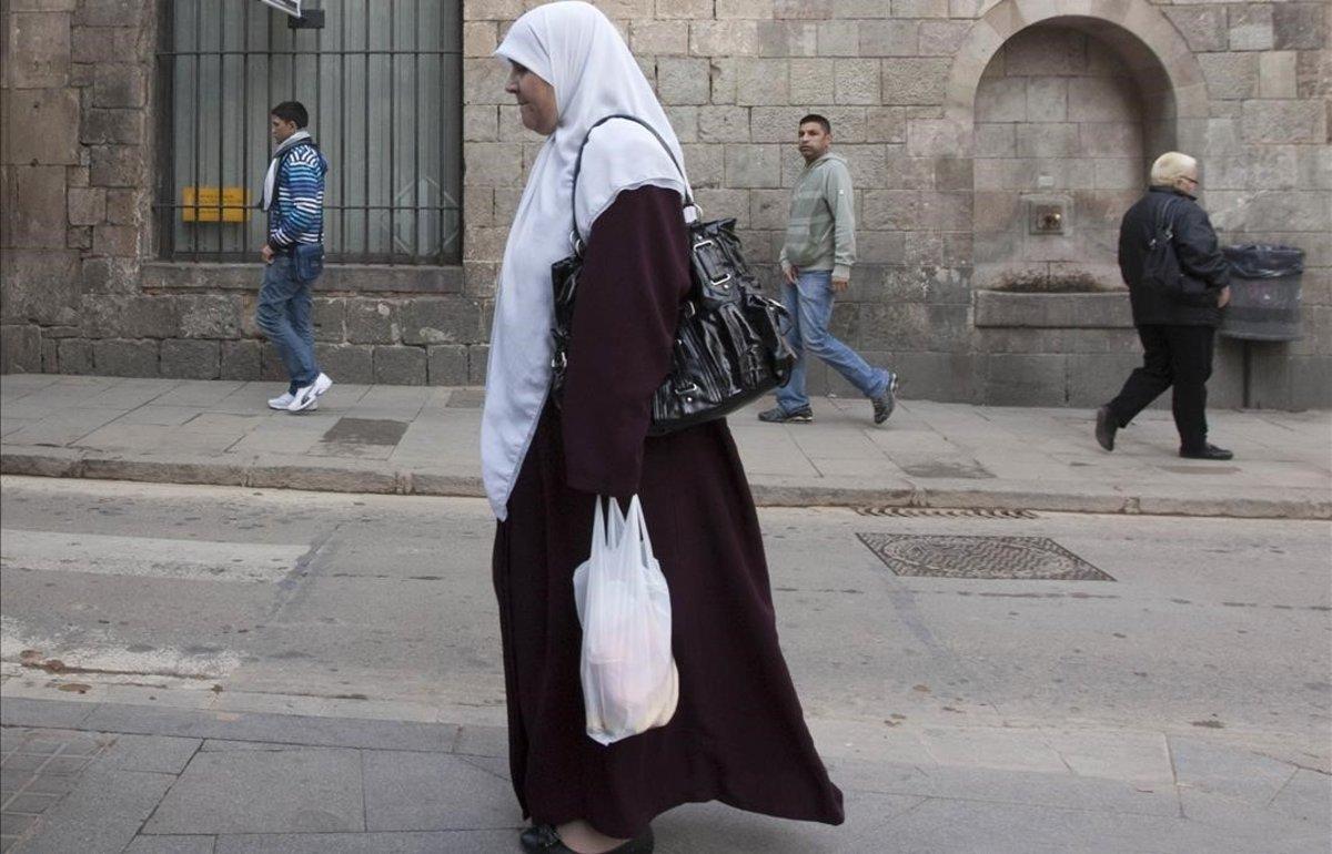 Una mujer con un velo islámico, en Barcelona.