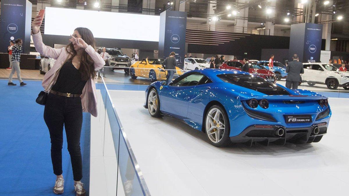 Una mujer se hace un 'selfie' junto al Ferrari F8 Tributo.