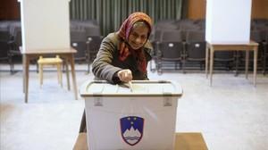 Una mujer vota en Eslovenia en el referéndum sobre el matrimonio gay.