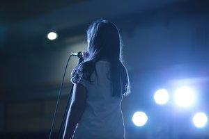 Una niña cantando sobre el escenario
