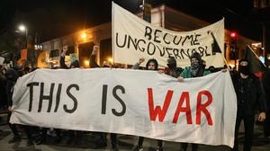 Una pancarta alzada este miércoles en las manifestaciones de la Universidad de Berkeley contra la conferencia de Milos Yiannopoulos.