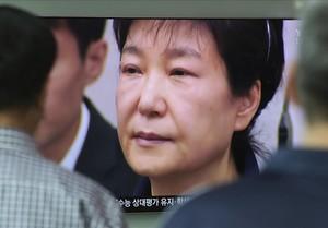 Una pantalla muestra la cara de la expresidenta surcoreana, Park Geun-hye, en la estación de trenes Seúl.
