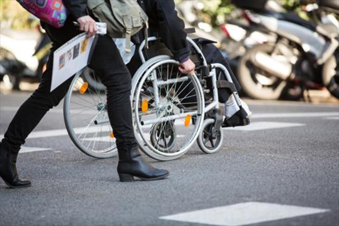 Una persona en silla de ruedas.