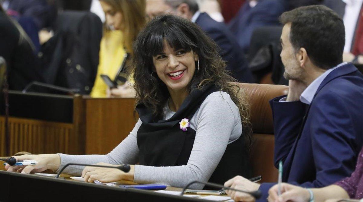 La líder de Adelante Andalucía, Teresa Rodríguez, junto al que fuera número dos de la formación y excoordinador de IU-CA, Antonio Maillo, en la investidura de Juanma Moreno en Andalucía
