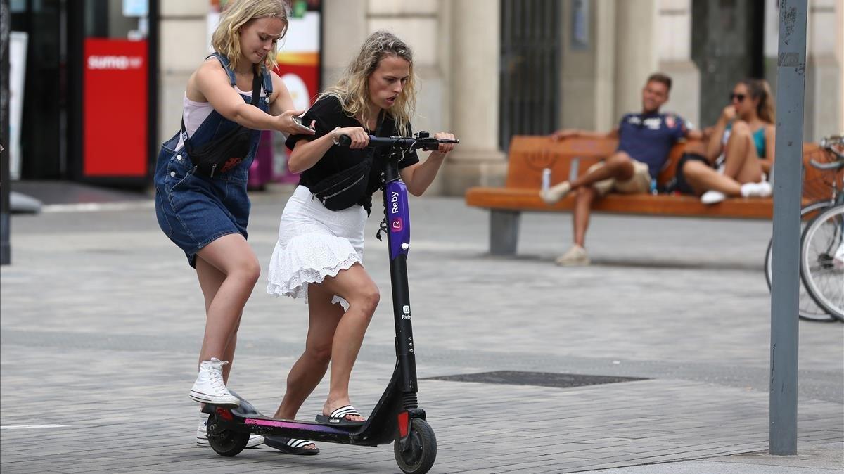 Barcelona comença a sancionar empreses de patinets sense llicència