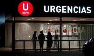 Familiares de enfermos esperan de noche en la puerta del área de Urgencias del Complejo Hospitalario de Pamplona, donde más de un tercio de sus camas están ya ocupadas por pacientes de covid.