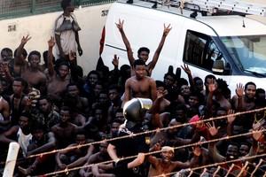 Unos 400 inmigrantes subsaharianos logran acceder a Ceuta tras un salto masivo a la valla fronteriza, el pasado mes de julio.
