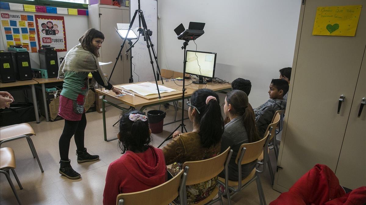 Unos alumnos del Institut Escola Trinitat Nova preparan un 'stop motion'