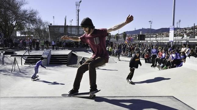Unos patinadores disfrutan del skate park de Can Zam, en Santa Coloma de Gramenet.