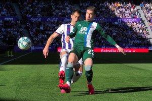 Embarba pelea por el balón con Moyano, en Valladolid.