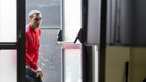 Valverde entra en la sala de prensa de la ciudad deportiva de Sant Joan Despí antes del clásico.