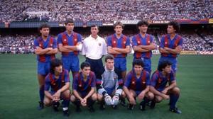 Valverde y Unzué, abajo, en el centro, rodeados porlos otros fichajes de Cruyff en 1988. Arriba: López Rekarte, Julio Salinas, Soler, Manolo Hierro y Serna. Abajo, Bakero, Eusebio y Begiristain.