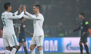 Varane y Cristiano se felicitan; al fondo, Alves y Thiago Silva.