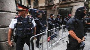 Varios agentesfrente a la jefatura de Policía Nacional en Via Laietana.