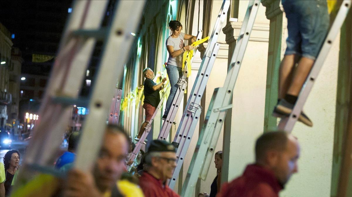 Vecinos de La Bisbal dEmpordà colocan lazos amarillos