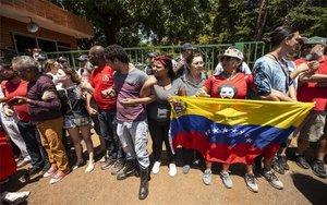 Seguidores de Nicolás Maduro en la embajada de Venezuela en Brasil.