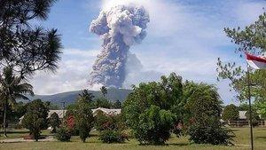 Un volcán de la isla de Célebes entra en erupción.