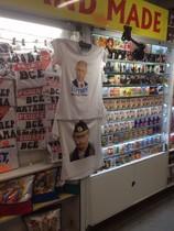 Camisetas con eslóganes pro-Putin en una tienda en Crimea.