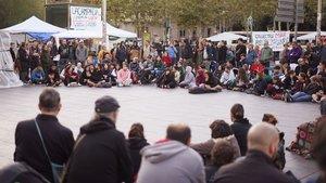 Los acampados en la plaza de la Universitat durante la asamblea que celebraron el 3 de noviembre.