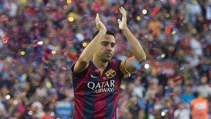Xavi aplaude al Camp Nou en su despedida en mayo del 2015.