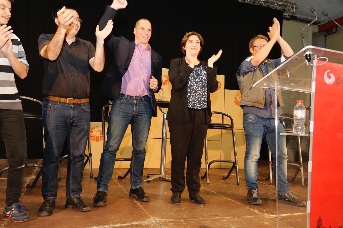 Yanis Varoufakis y Ada Colau, en un acto de En Comú Podem en las Cotxeres de Sants.