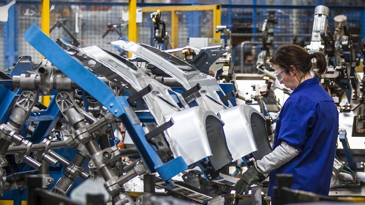 Una mujer trabajando en la factoría Ford de Almussafes (Valencia).
