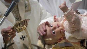 Celebración de un bautizo, algo que un futuro podrían realizar mujeres diáconas.