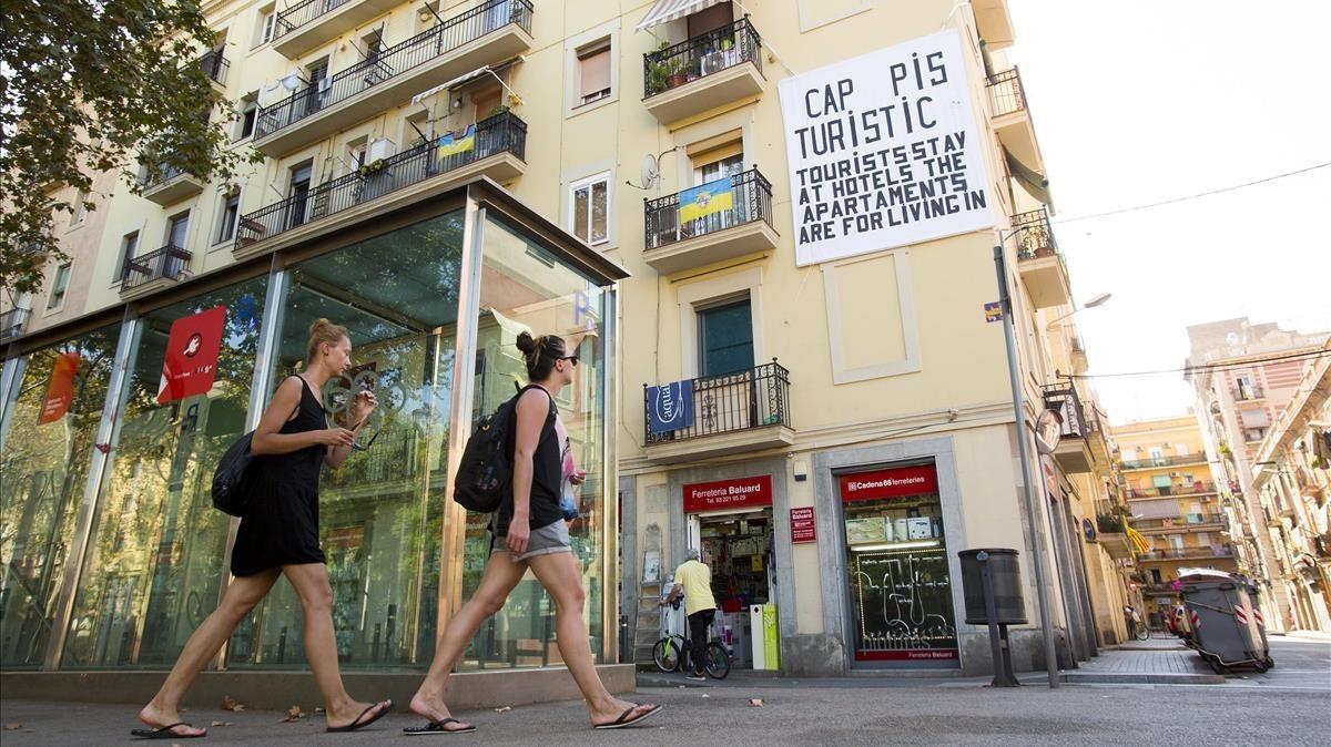 Pancarta en la plaza del Poeta Boscà, enla Barceloneta, contra los pisos turísticos.