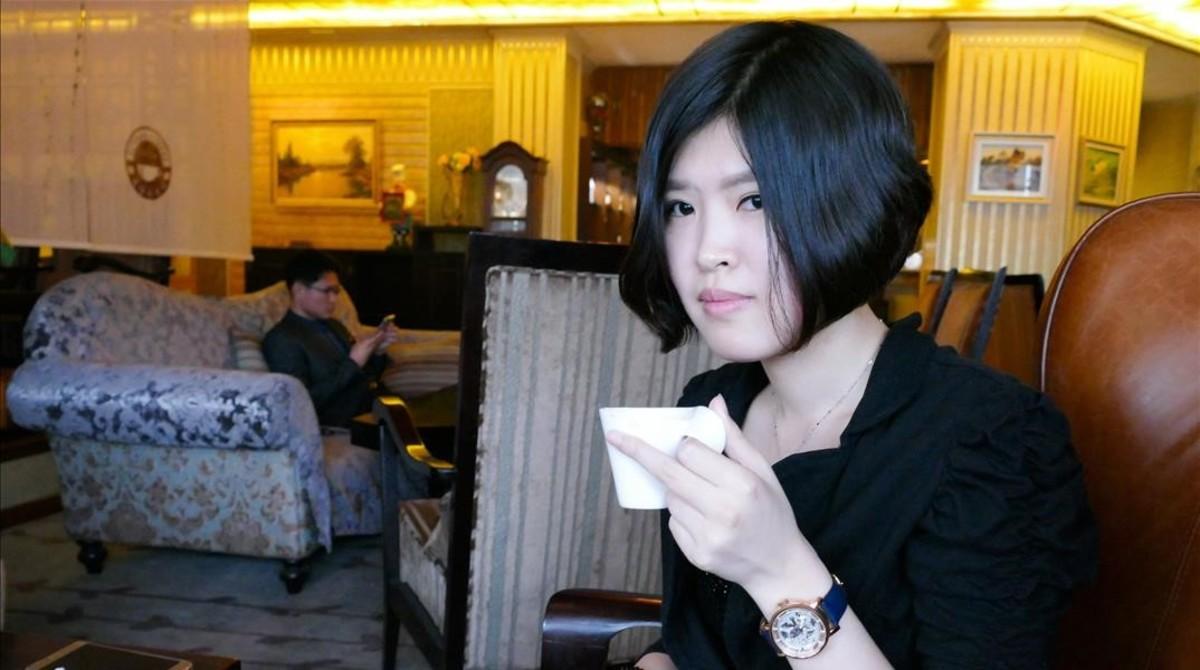 Ri Sol-sim, una joven en una cafeteria de lujo en Pyongyang.