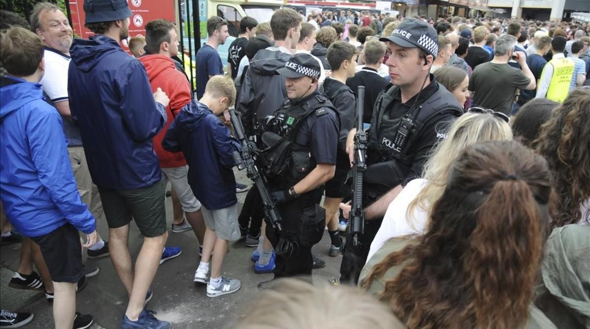 La policía controla los acceso al concierto de los Courteeners en Manchester.