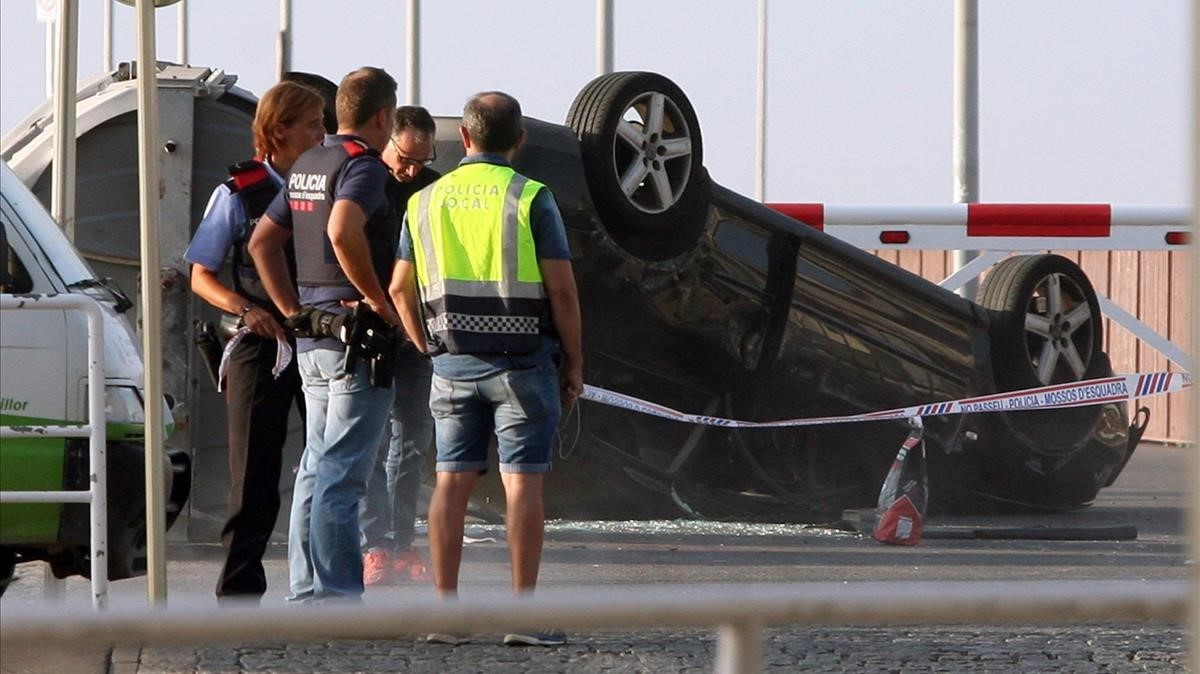 El vehículo utilizado por los terroristas en Cambrils.