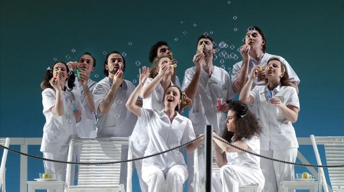 Escena de Viaggio a Reims en el Liceu, con puesta en escena deEmilio Sagi.